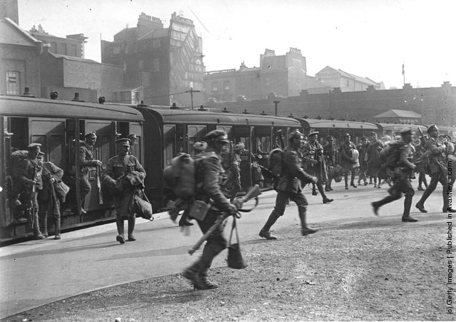 1915:  Troops leaving railway carriages at Victoria Station, London