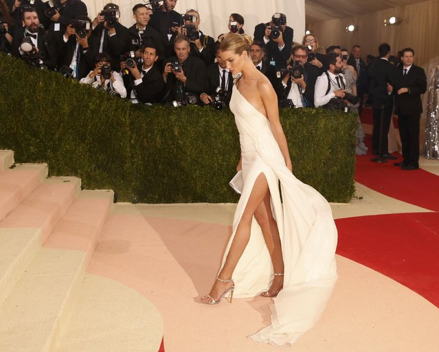 """Actress Rosie Huntington-Whiteley arrives at the Metropolitan Museum of Art Costume Institute Gala (Met Gala) to celebrate the opening of """"Manus x Machina: Fashion in an Age of Technology"""" in the Manhattan borough of New York, May 2, 2016. (Photo by Lucas Jackson/Reuters)"""