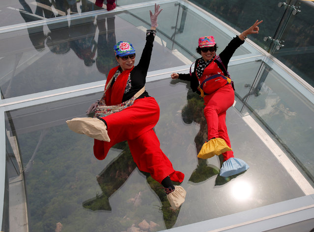 Women pose for their souvenir picture on the glass sightseeing platform on Shilin Gorge in Beijing, China, May 27, 2016. (Photo by Kim Kyung-Hoon/Reuters)