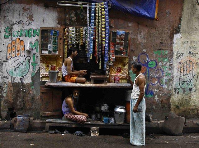 A man drinks tea while standing next to a roadside tea shop in Kolkata September 2, 2014. (Photo by Rupak De Chowdhuri/Reuters)