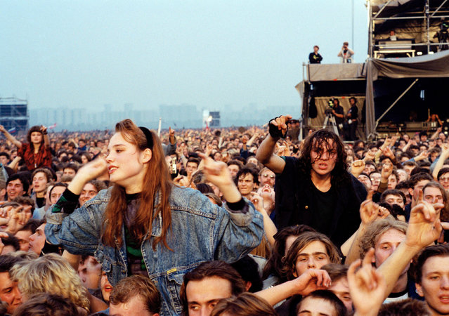 Two Soviet rock fans sit on the shoulders of friends while attending a concert in Moscow September 28, 1991. Half a million people jammed an airfield to see AC/DC, the Black Crowes and Metallica play at Soviet Union's biggest Western rock concert, touted as a gift to Russian youth for their resistance to last month's coup. (Photo by Massimo Alabresi/AP Photo)