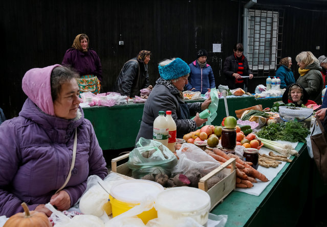 Street vendors wait for customers in central Lviv, Ukraine, October 20, 2016. Picture taken October 20, 2016. (Photo by Gleb Garanich/Reuters)