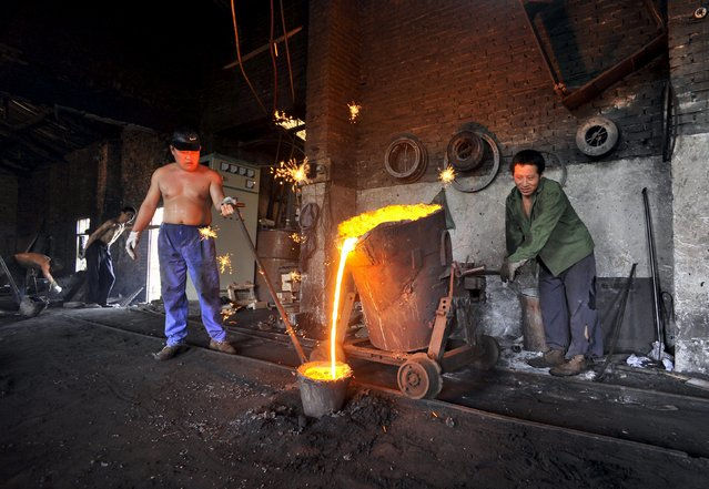 Labourers pour molten iron into a container at a foundry in Xiangfan, Hubei province in this July 2, 2010 file photo. Iron ore is enjoying its biggest rally in years, outpacing copper and oil so far in 2016, but still weak forward prices show it may be tough to stretch the bullish outlook. Improving steel prices in top market China are helping fuel iron ore's climb as producers gear up for a seasonal uptick in demand. (Photo by Reuters/Stringer)