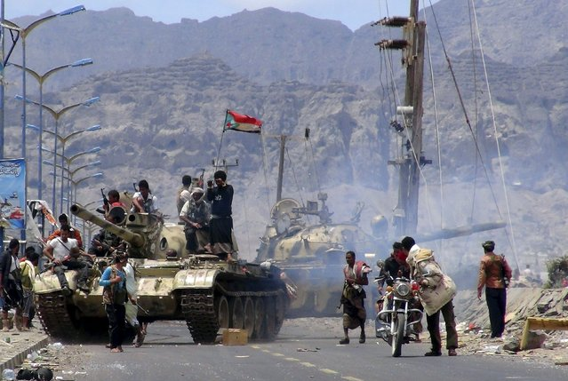 Southern Popular Resistance fighters gather on a road during fighting against Houthi fighters in Yemen's southern city of Aden May 3, 2015. (Photo by Reuters/Stringer)