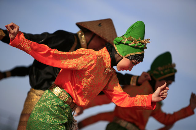 Acehnese dancers perform a traditional dance with the Islamic theme in Banda Aceh, Indonesia, April 28, 2014. Aceh is the only province in Indonesia that has implemented Sharia law, including traditional dance as well. (Photo by Hotli Simanjuntak/EPA)