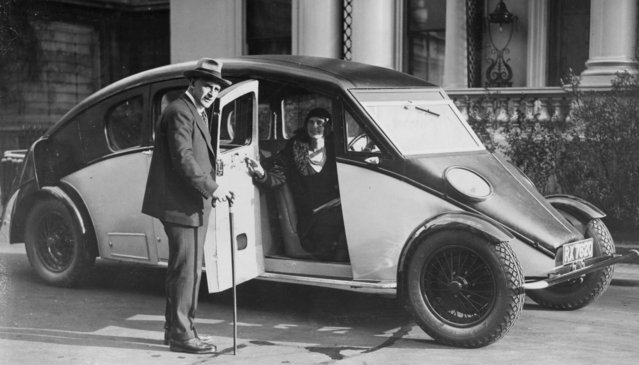 The R-100 Streamline car with its designer Sir Denniston Burney, 1931. (Photo by Evening Standard)