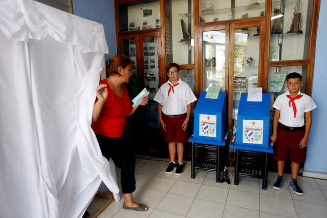 A woman casts her vote during an election of candidates for the national and provincial assemblies, in Santa Clara, Cuba March 11, 2018. (Photo by Reuters/Stringer)