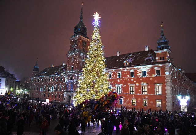 People visit the Christmas tree and lights decoration at the Royal Castle in Warsaw, Poland on December 3, 2016. (Photo by Janek Skarzynski/AFP Photo)
