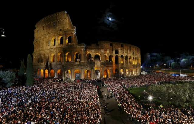 """Faithful attend the """"Via Crucis"""" (Way of the Cross) procession, which commemorates the crucifixion of Jesus Christ, led by Pope Francis at the Colosseum in Rome April 3, 2015. (Photo by Alessandro Bianchi/Reuters)"""