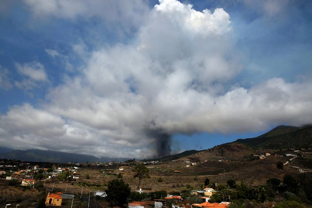 Mount Cumbre Vieja erupts spewing a column of smoke and ash as seen from Los Llanos de Aridane on the Canary island of La Palma on September 19, 2021. (Photo by Desiree Martin/AFP Photo)