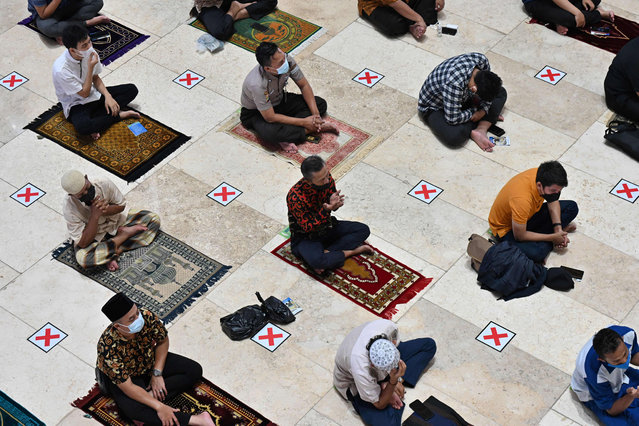 Muslim people conduct Friday prayers with physical distancing at the Istiqlal mosque in Jakarta on September 3, 2021. (Photo by Adek Berry/AFP Photo)