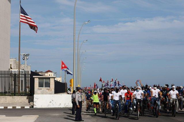 A caravan organized by the Cuban Communist Youth Union (UJC) passes the U.S. Embassy in Havana, Cuba, August 5, 2021. (Photo by Alexandre Meneghini/Reuters)