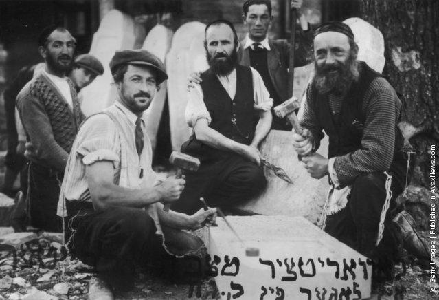 Jewish stone masons at work, 1915