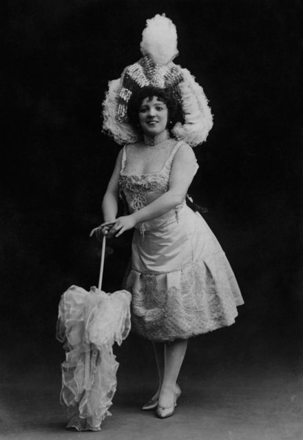 English music hall singer, comedian and actress Marie Lloyd (1870 – 1922), circa 1895. (Photo by General Photographic Agency/Hulton Archive/Getty Images)