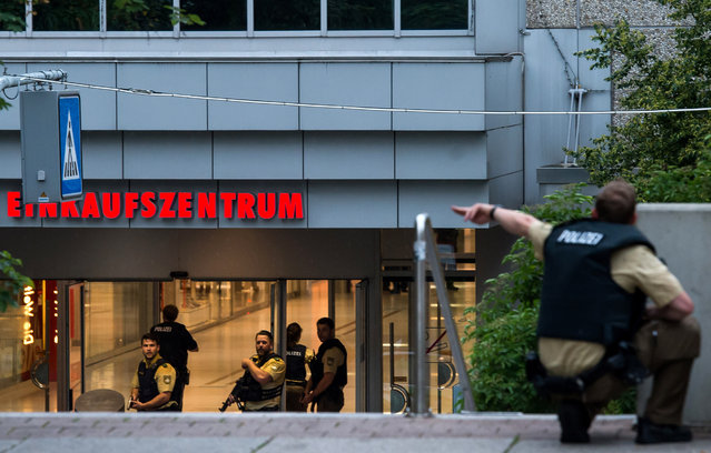 Police officers respond to a shooting at the Olympia Einkaufzentrum (OEZ) at July 22, 2016 in Munich, Germany. (Photo by Joerg Koch/Getty Images)
