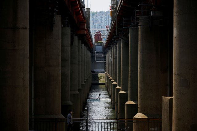 A man enjoys wakeboarding underneath a bridge amid the coronavirus disease (COVID-19) pandemic at Han river in Seoul, South Korea, June 2, 2021. (Photo by Kim Hong-Ji/Reuters)