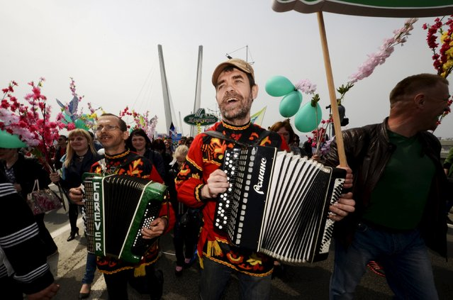 Men play accordions during a May Day rally along a bridge over the Golden Horn bay in the Russian far-eastern city of Vladivostok May 1, 2015. (Photo by Yuri Maltsev/Reuters)