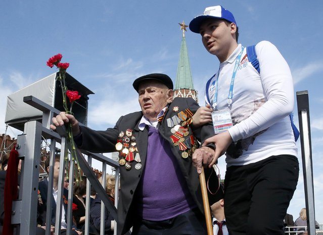 A World War Two veteran (L) arrives to watch the Victory Day parade at Red Square in Moscow, Russia, May 9, 2015. (Photo by Grigory Dukor/Reuters)