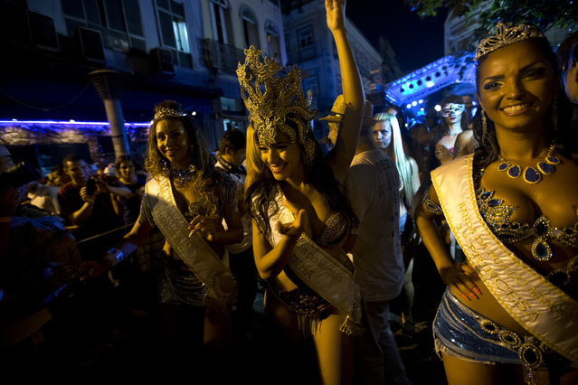 """Queen and princess of the """"Rua do Mercado"""" band carnival parade in Rio de Janeiro, Brazil, Thursday, February 27, 2014. People gathered Thursday for one of many parades before the official start of Carnival on February 28. (Photo by Silvia Izquierdo/AP Photo)"""