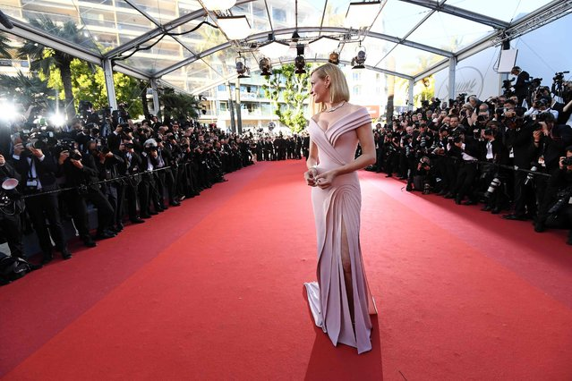 """US actress and President of the Un Certain Regard jury Uma Thurman poses as she arrives on May 17, 2017 for the screening of the film """"Ismael's Ghosts"""" (Les Fantomes d'Ismael) during the opening ceremony of the 70th edition of the Cannes Film Festival in Cannes, southern France. (Photo by Anne-Christine Poujoulat/AFP Photo)"""