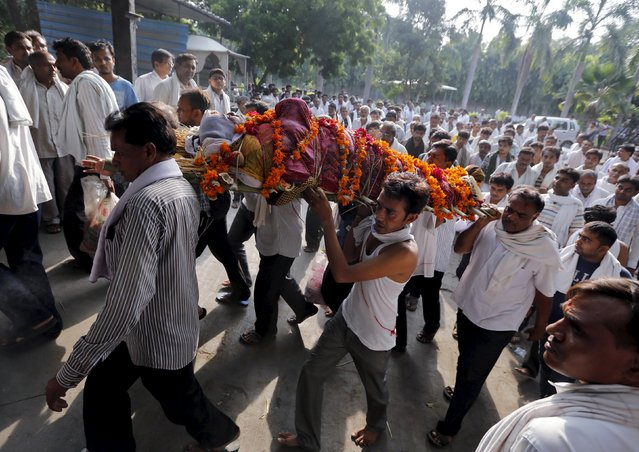 People carry the body of Bhanu Doberaiya, who died in a cooking gas cylinder blast in central Madhya Pradesh state on Saturday in Ahmedabad, India, September 13, 2015. (Photo by Amit Dave/Reuters)
