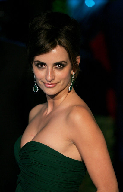 Actress Penelope Cruz arrives at the Vanity Fair Oscar Party at Mortons on February 27, 2005 in West Hollywood, California. (Photo by Mark Mainz/Getty Images)