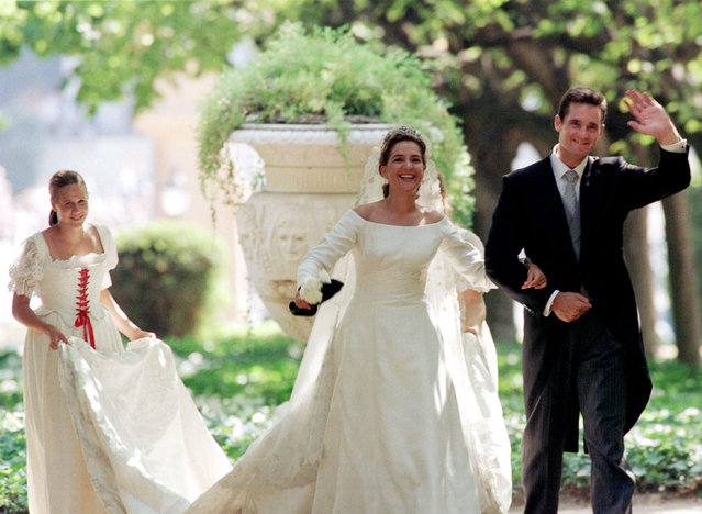 Infanta Cristina of Spain and Inaki Urdangarin walk through the Pedralbes Palace's gardens during their wedding, October 4, 1997. (Photo by Jose Manuel Ribeiro/Reuters)