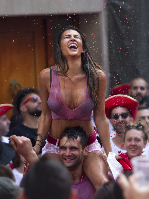 """Participants celebrate during the """"Chupinazo"""" (start rocket) to mark the kickoff at noon sharp of the San Fermin Festival, in front of the Town Hall of Pamplona, northern Spain, on July 6, 2018. (Photo by Jaime Reina/AFP Photo)"""
