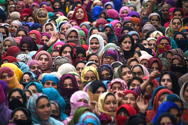 Kashmiri villagers watch during a funeral procession in Hajin,north of Srinagar on December 10, 2018. Thousands of villagers joined the funeral on December 10 of the two rebels who where killed along with another rebel, in a gunfight with Indian troops outside the city of Srinagar on December 9. (Photo by Tauseef Mustafa/AFP Photo)