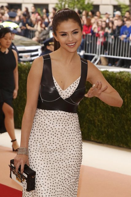"""Singer Selena Gomez arrives at the Metropolitan Museum of Art Costume Institute Gala (Met Gala) to celebrate the opening of """"Manus x Machina: Fashion in an Age of Technology"""" in the Manhattan borough of New York, May 2, 2016. (Photo by Lucas Jackson/Reuters)"""