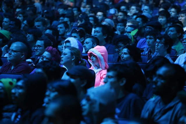 Gaming enthusiasts watch a Nintendo Super Smash Bros. invitational tournament at the 2014 Electronic Entertainment Expo, known as E3, in Los Angeles, June 10, 2014. REUTERS/Jonathan Alcorn