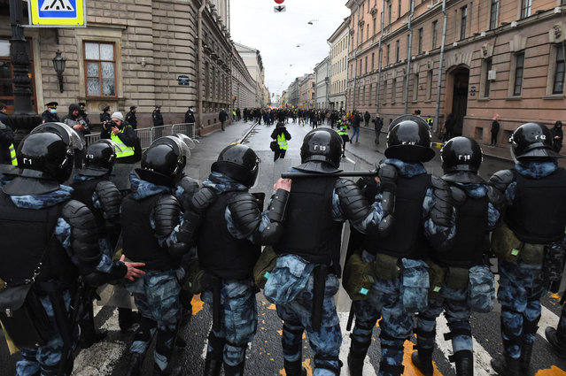 Russian riot police officers block a street during a rally in support of jailed Kremlin critic Alexei Navalny, in central Saint-Petersburg on April 21, 2021. Jailed Kremlin critic Alexei Navalny's team called for demonstrations in more than 100 cities, after the opposition figure's doctors said his health was failing following three weeks on hunger strike. (Photo by Olga Maltseva/AFP Photo)