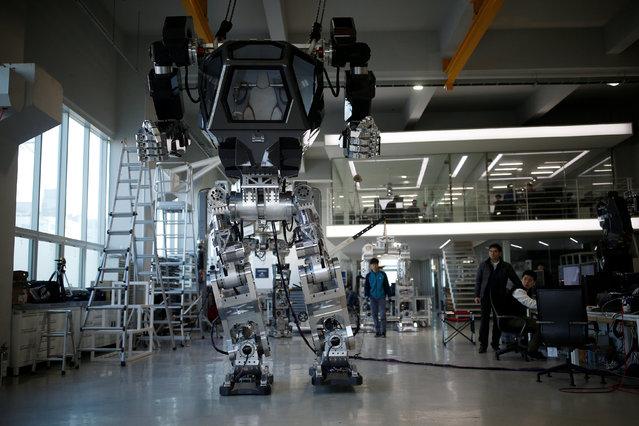 "A manned biped walking robot ""METHOD-2"" during a demonstration in Gunpo, South Korea, December 27, 2016. (Photo by Kim Hong-Ji/Reuters)"