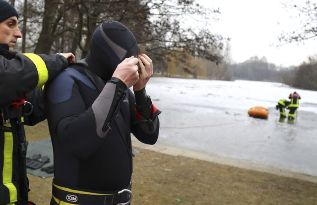Martin Weitzendoerfer, diver of Frankfurt's firefighter rescue brigade, prepares for a rescue exercise in Frankfurt, Germany, January 24, 2017. (Photo by Kai Pfaffenbach/Reuters)
