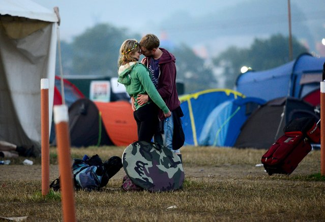 Revellers embrace as they leave Worthy Farm in Somerset after the Glastonbury Festival in Britain June 29, 2015. (Photo by Dylan Martinez/Reuters)