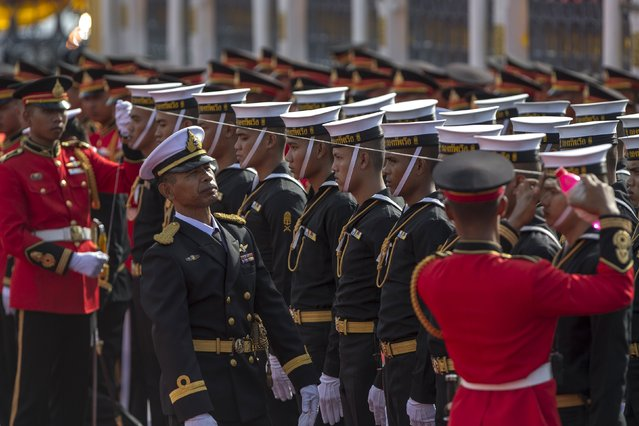 Honour guards uses a string to ensure that members of the honour guard are standing in a straight line, ahead of a welcoming ceremony for visiting Vietnam's Prime Minister Nguyen Tan Dung at Government House in Bangkok, Thailand, July 23, 2015. (Photo by Athit Perawongmetha/Reuters)