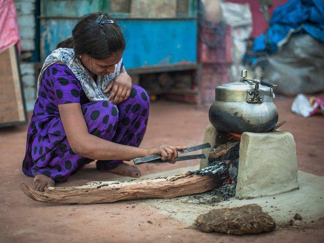 Kajal Gautam (16) prepares food for her family at home, Nihura Basti, Kanpur. (Photo by Poulomi Basu/WaterAid)