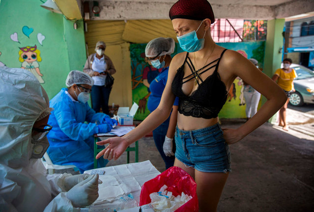 A woman has a COVID-19 rapid test done by personnel of the Ministry of Public Health at the 27 de Febrero neighborhood in Santo Domingo, on May 25, 2020. The Dominican Republic has so far reported 15,073 infected people and 460 deaths from the new coronavirus. (Photo by Erika Santelices/AFP Photo)