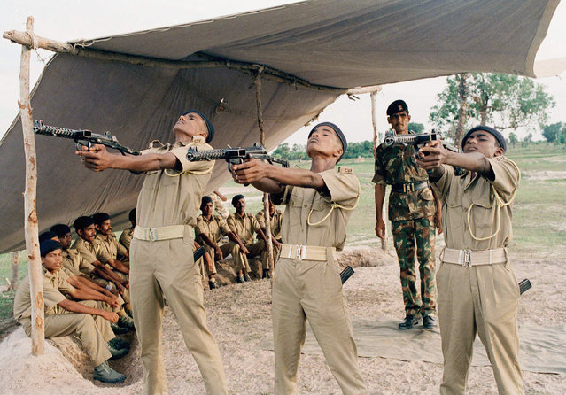 An Indian soldier from the international peace keeping force (IPKF) instructs young Sri Lankan recruits in shooting, part of the training given to the citizen's volunteer force in the North-Eastern Sri Lankan city of Batticaloa, September 28, 1989. (Photo by Barbara Walton/AP Photo)
