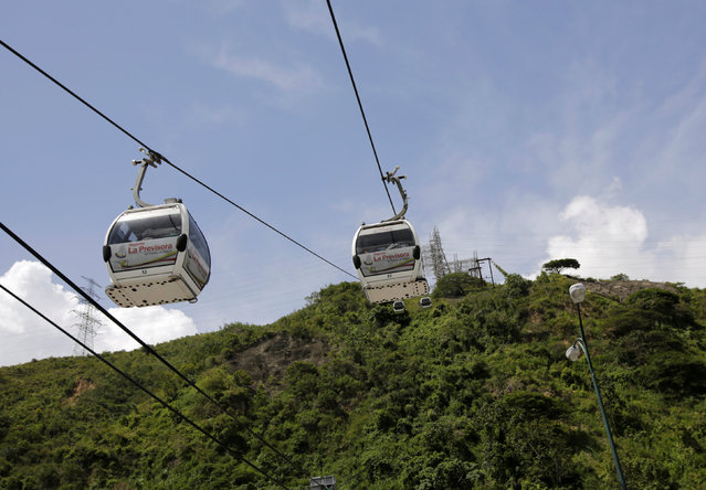 Metrocable cabins are seen as they travel in Caracas, Venezuela September 11, 2016. (Photo by Henry Romero/Reuters)