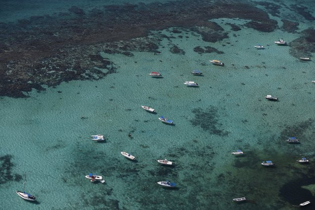 An aerial view of boats near coral reefs and Sargassum algae in Cancun, August 13, 2015. (Photo by Edgard Garrido/Reuters)