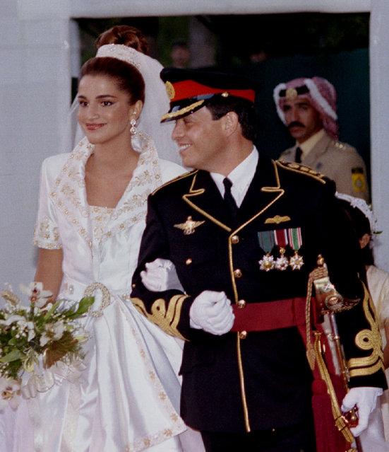 Jordan's crown Prince Abdullah with his Palestinian-Jordanian bride Rania el-Yassin, during their wedding reception at the Royal Palace in Amman, June 10, 1993. (Photo by Ali Jarekji/Reuters)