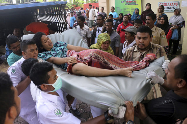 Hospital workers and family members carry a woman injured in an earthquake at a hospital in Pidie, Aceh province, Indonesia, Wednesday, December 7, 2016. (Photo by Heri Juanda/AP Photo)