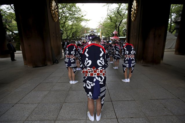 Traditional dance performance group members wearing traditional costumes bow towards the main shrine as they visit Yasukuni Shrine in Tokyo April 21, 2015. Japanese Prime Minister Shinzo Abe sent a ritual offering on Tuesday to a Tokyo shrine for war dead, a senior spokesman said, a day before he hopes to meet Chinese President Xi Jinping on the sidelines of a leaders' summit in Jakarta. (Photo by Issei Kato/Reuters)