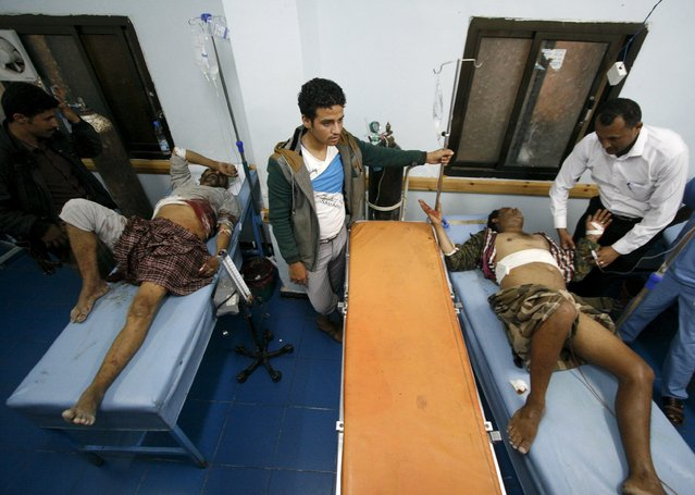 Fighters of the anti-Houthi Popular Resistance Committee receive treatment for injuries they sustained during clashes with Houthi fighters in Yemen's southwestern city of Taiz May 5, 2015. (Photo by Reuters/Stringer)