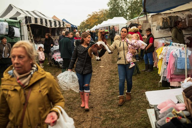 Shoppers peruse the stalls at the biannual Stow Horse Fair in the town of Stow-on-the-Wold, southern England on October 24, 2019. (Photo by Oli Scarff/AFP Photo)