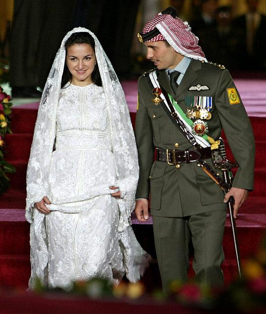 Jordan's Crown Prince Hamzeh bin al Hussein walks with his bride Princess Noor at their wedding at Zahran Palace in Amman, May 27, 2004. (Photo by Ali Jarekji/Reuters)
