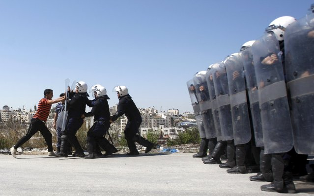 Members of the Palestinian security forces take part in a training session in the West Bank city of Ramallah, in this September 18, 2011 file photo, simulating a scenario of violence ahead of the Palestinians' bid for statehood at the United Nations on Friday. (Photo by Mohamad Torokman/Reuters)