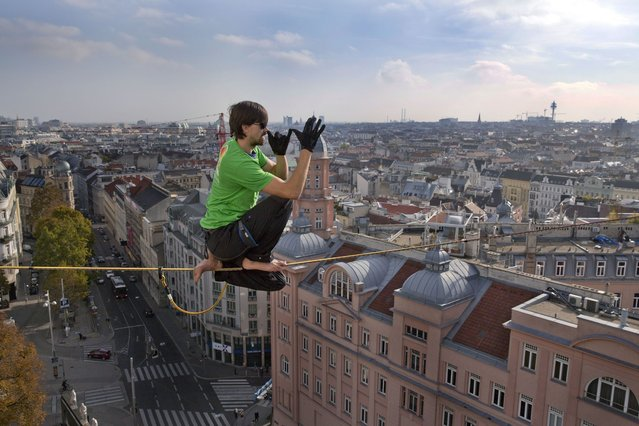 Meet the man whose got a real bed for heights as he catches up on some sleep – 100ft above ground. (Photo by Caters News)