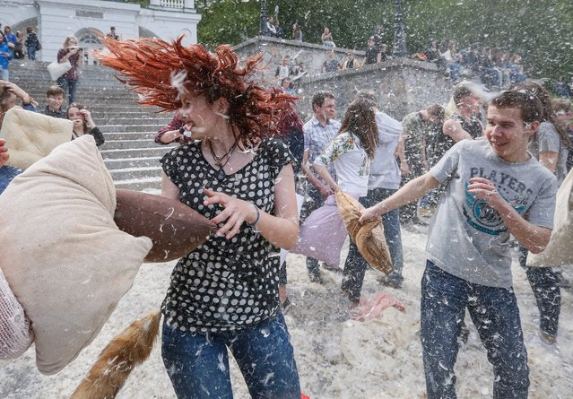 "Ukrainian teenagers hit each other with pillows during a large pillow fight in downtown Kiev, Ukraine, 24 April 2016. About hundred people took part in the event ""Pillow battle 2016"" in Kiev. (Photo by Roman Pilipey/EPA)"